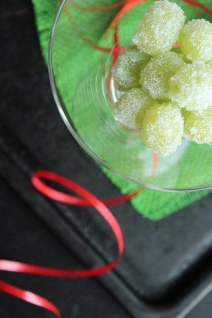 Lumipalloja lasissa.