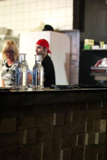 Gennaron punainen tai tatuoitu käsi vilahtaa silloin tällöin keittiöstä.