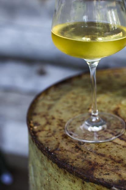 Kuuman keltainen viini, viileä lasi.