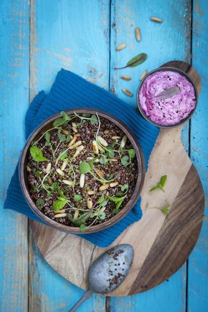 Raikas kvinoalisuke valmistuu kädenkäänteessä.