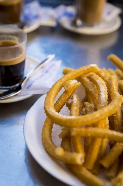 Tuju kahvi ja churrot.