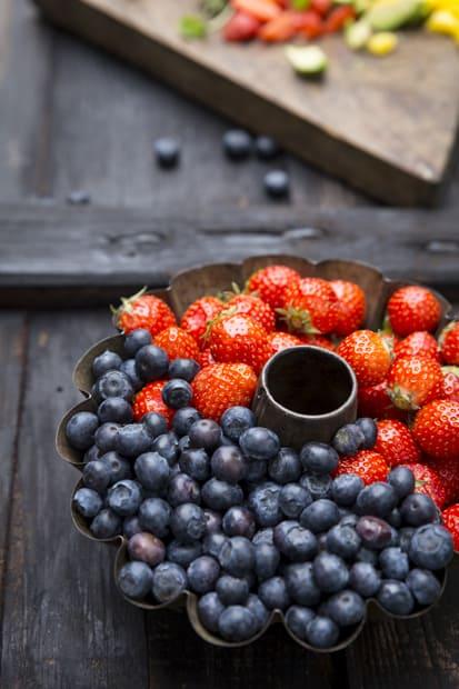 Marjat ja hedelmät maustavat kesäsalaatin.