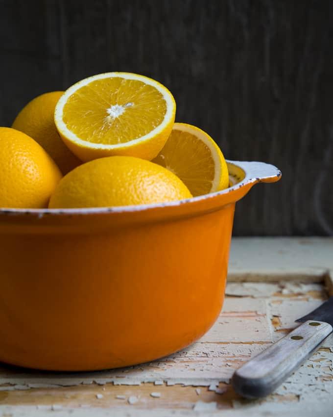Oranssi mehu aloittaa aamun ystävällisesti.