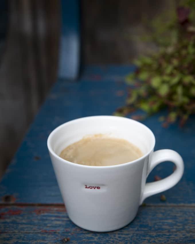 Syyspäivän kahvilla pihamaalla.