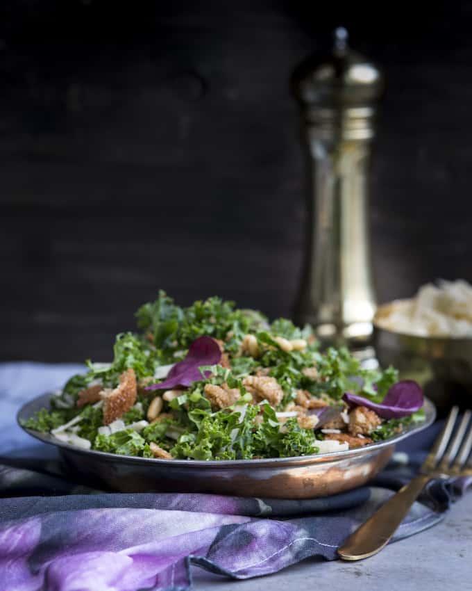 Rapea ja ruokaisa salaatti lehtikaalista.