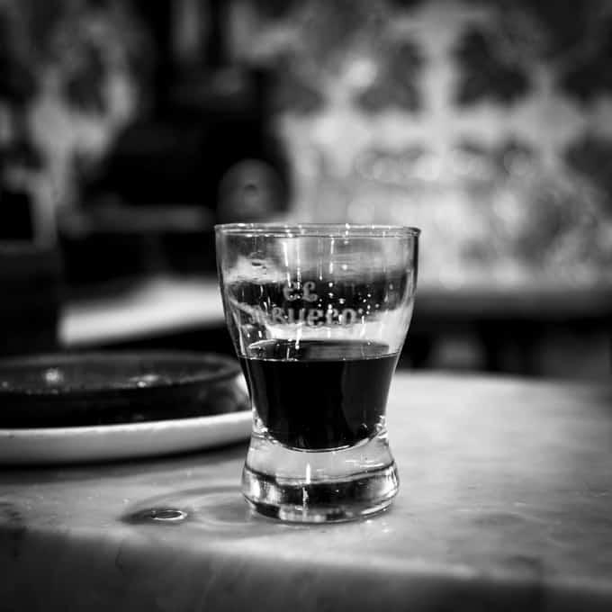 El Abuelossa syöfään vain gambaksia. Makean, punaisen viinin kera.