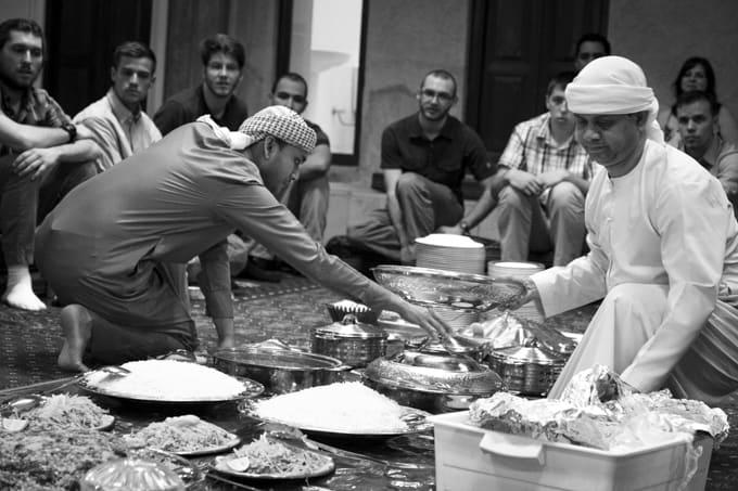Kulttuurista keskustelemassa ja lounasta nauttimassa.