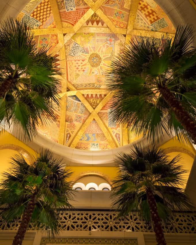 Palmuja kasvaa jopa hotellin aulassa.