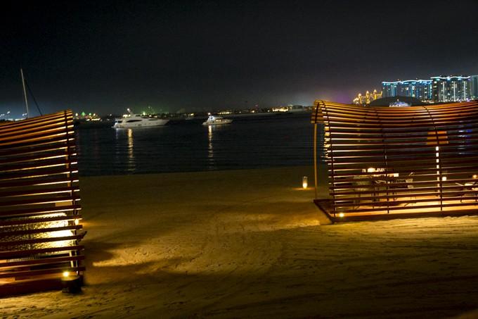 Romanttiset kabinetit rannalla The Beach Bar & Grill-ravintolassa.