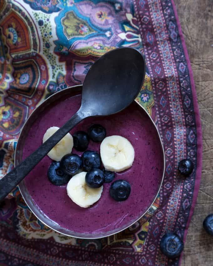 mustikka-tattaripuuro_-3, gluteeniton puuro, gluteeniton aamiainen, puuro tattarijauhoista, tattaripuuro, gluteenittomia herkkuja, mustikkapuuro, tattarijauhot, käyttöä pakastemustikoille