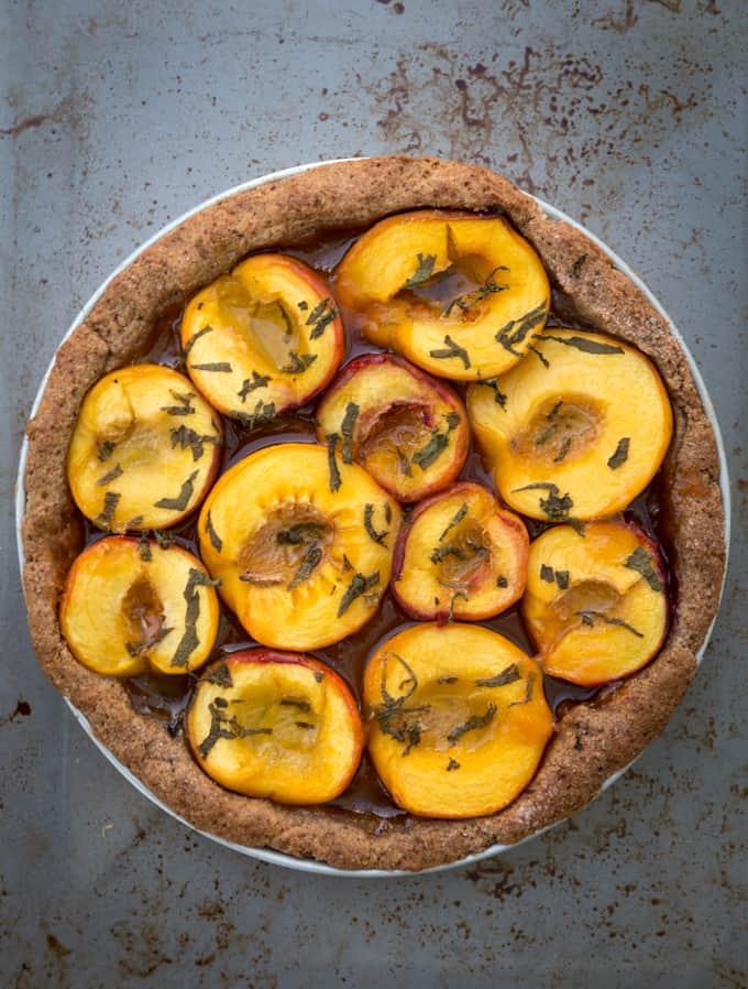 persikkapiirakka Mari Moilanen-10, persikka-minttupiirakka, persikkapiirakka, persikkapiiras, hedelmäpiirakka, täysjyväpohjainen piirakka, piirakkapohjan ohje, piirakkaresepti, kesäjälkiruoka, hedelmäjälkiruoka