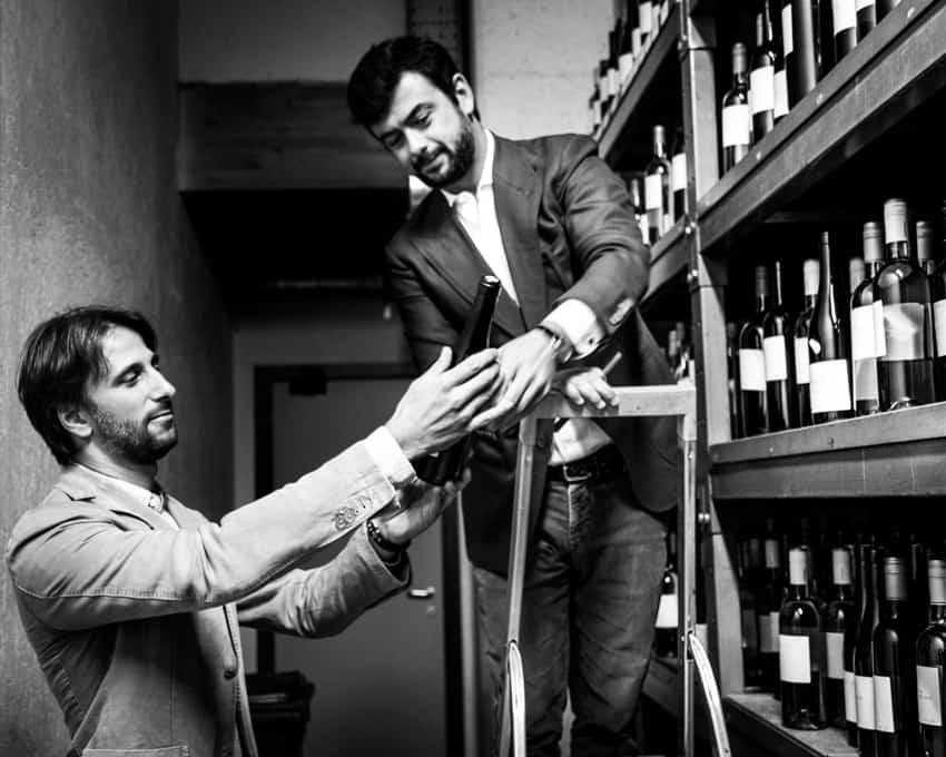 Viinintekijä ja toimitusjohtaja tuotteitaan tukailemassa.