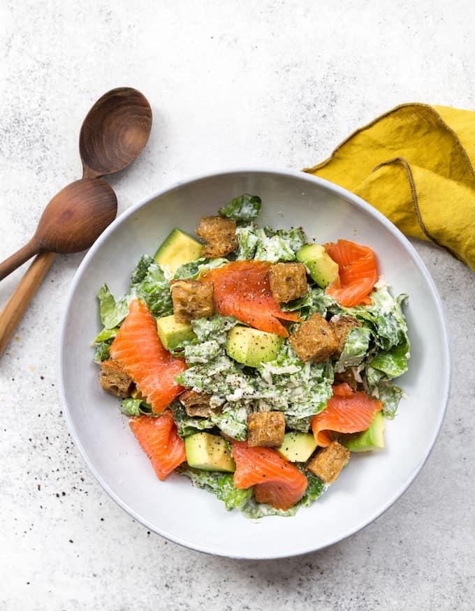 kylmäsavulohi.caesarsalaatti, caesarsalaatti, raikas salaatti, lohisalaatti