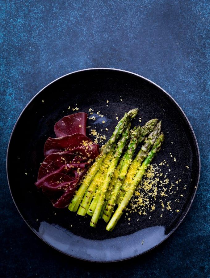 vihreää parsaa, parsareseptejä, parsaa, bresaolaa ja graavattua keltuaista, graavatut keltuaiset, keltuaisen graavaaminen, pikagraavatut keltuaiset, äitienpäiväruoka, alkuruoka parsasta