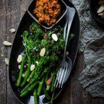 grillatut broccoliinit, romesco-kastike, bosch optimum elision, varsiparsakaali, kasvisruokia grillistä, grillaus, lisuke grillistä
