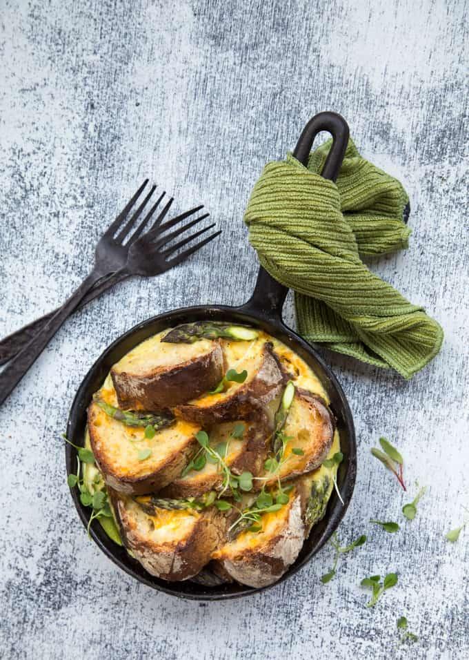 suolainen leipävanukas, parsaresepti, mitä vihreästä parsasta, parsa-aamiainen, lohi-parsaleipävanukas