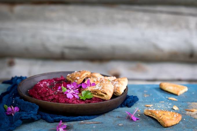 punajuurihummus, avokado-wsabidippi, värikkäitä dippikastikkeita, mitä grilliruoan kanssa, kastikkeita grilliruoalle, hummusresepti