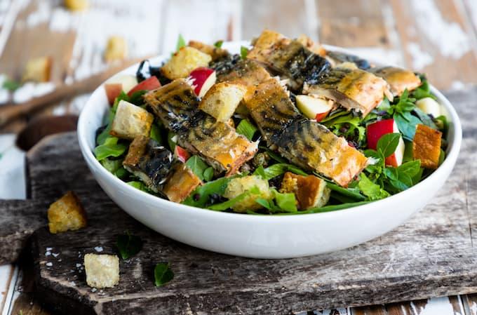 syyssalaatti, salaatti noutopöytään, pippurimakrillisalaatti, makrillisalaatti, ruokaisa kalasalaatti, kalaneuvos,