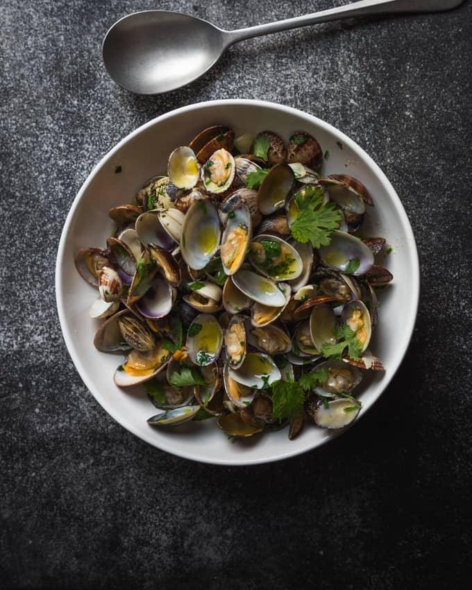 gustave lorentz L'ami des Crustacés, simpukkaresepti, hellpo simpukkaresepti, pientä hyvää perjantaiksi, korianterisimpukat, viini simpukoille, paras simpukkaruoka, vongolesimpukat, hietasimpukat