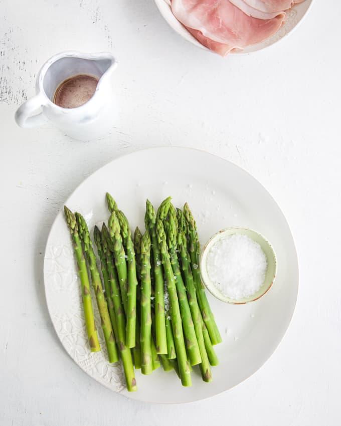 parsaa ja kinkkua, parsaa ruskistetulla voilla, parsaa ja prociutto cottoa, vihreää parsaa, vinkkejä vihreän parsan valmistamiseen