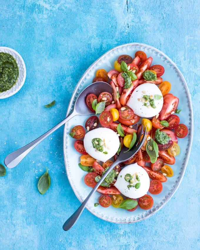 buffetpöydän salaatti, tomaatti-mozzarellasalaatti, kesäsalaatti