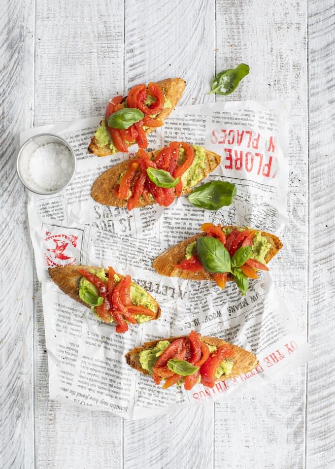 tomaatti-avokadocrostinit, crostiniohje, avokadoleipä tomaatilla