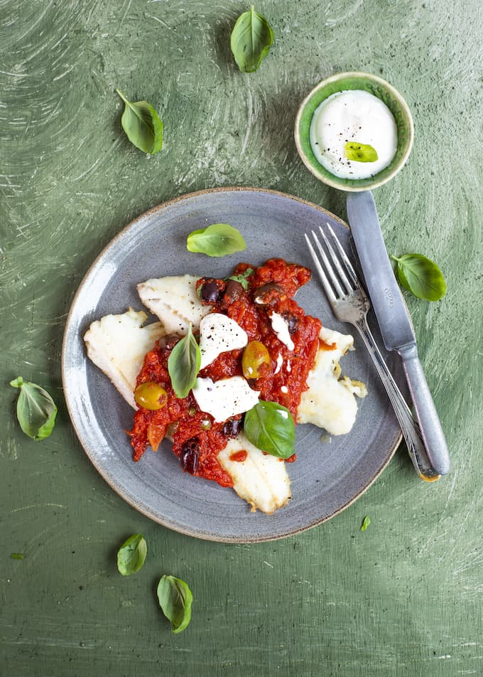 tomaatti-oliivikastike kalalle, tomaattikastike kalalle