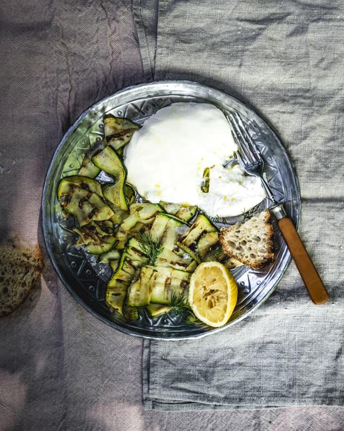 grillattu kesäkurpitsa, sitruunamarinoitu kesäkurpitsa, grillattua kesäkurpitsaa ja burrataa, burrata