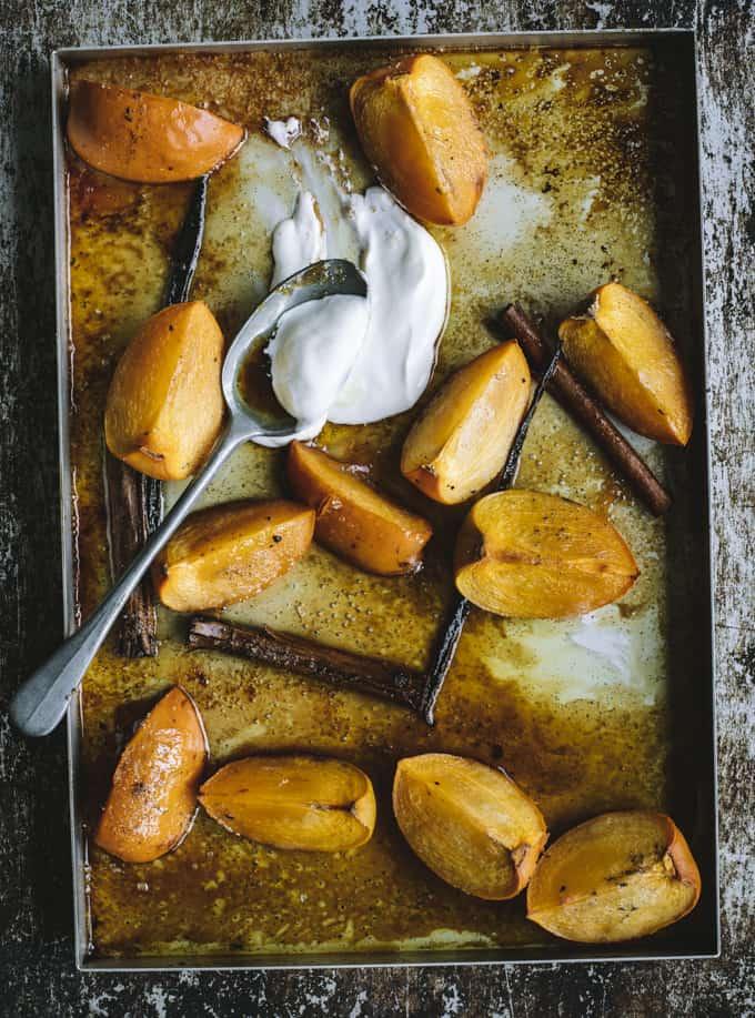 uunipersomonit, uunissa paahdetut persimonit, persimonjälkiruoka