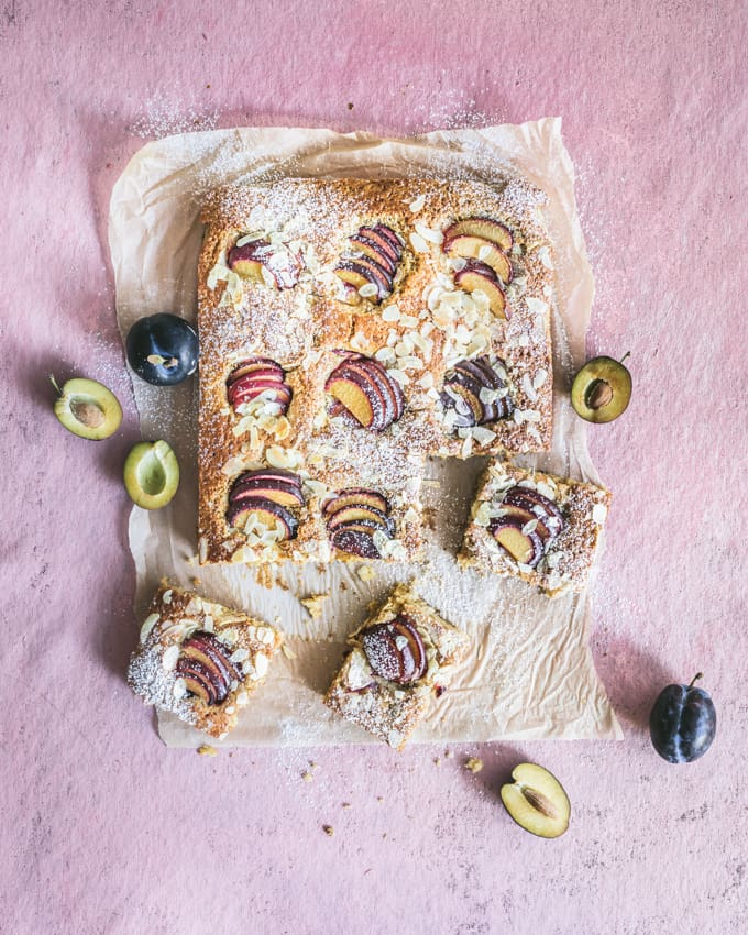 luumupiirakka, luumupiirakka pellille, hedelmäinen piirakka, helppo piirakka, kakkutaikinapiirakka