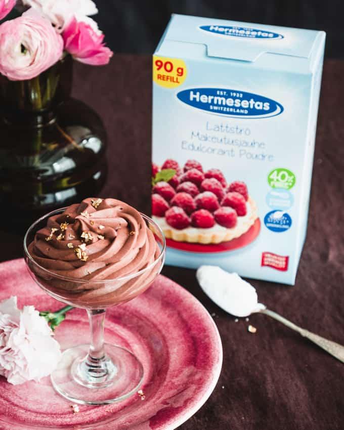 suklaamousse, hermesetaksella maukeutettu suklaamousse, suklaajälkiruoka, helppo suklaajälkiruoka, hermesetaksella makeutettu jälkiruoka