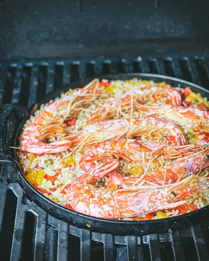 arroz con langostinos, espanjalainen riisiruoka grillissä, paella grillissä, arroz-riisiruoka, langustiinit, grillatut äyriäis, jotain uutta grillattavaa