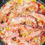 arroz con langostinos, espanjalainen riisiruoka grillissä, paella grillissä, arroz-riisiruoka, langustiinit, grillatut äyriäiset, jotain uutta grillattavaa