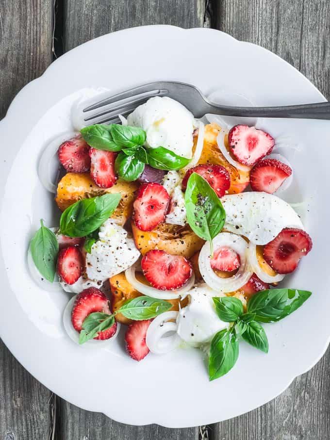 nektariini-mozzarellasalaattii, kesäsalaatti, lisuke grilliruoille, lisukesalaatti kesällä, salaatti mansikoista, mansikkasalaatti, nektariinisalaatti