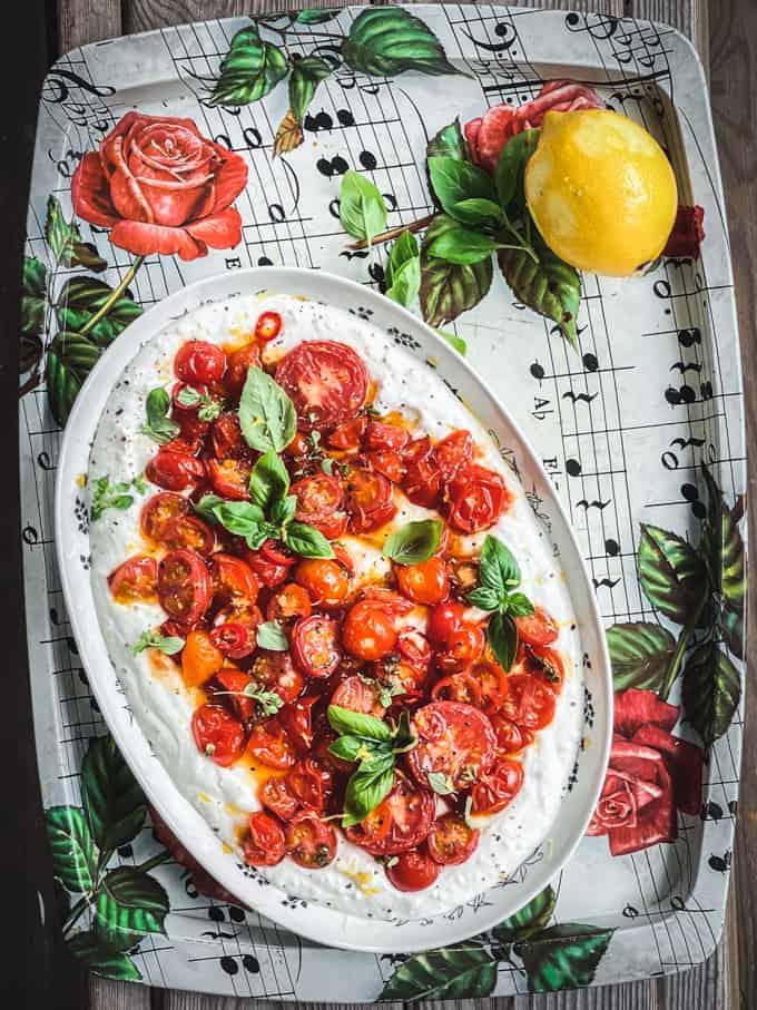 rapujuhlien alkupala, paahdetut tomaatit ja vaahdotettu feta, kesäsalaatti, kesäalkuruoka, tapas, tapaspöydän salaatti